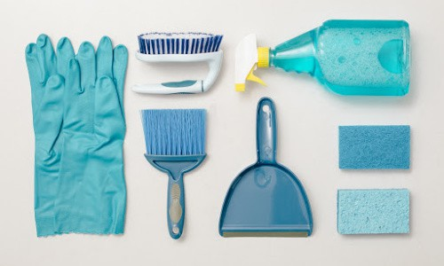 This cleaning routine includes one 30 to 60 minute weekend decluttering session.